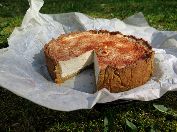 latvian cheesecake 17min 190C first bakes shortcrust pastry : buckwheat & oat flour : butter : salt : sugar : ice water : filling : at least 1 kg 0,5-5% curd or cottage cheese : pure vanilla : grated lemon peel or lemon juice : cane sugar : with hand blender creates a homogeneous mass : top with cinnamon : to bake a cake again 200C 30min
